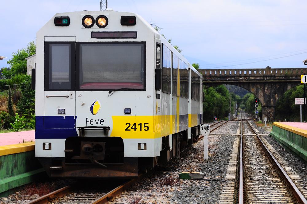 O tren de vía estreita conta con varios apeadoiros en Narón